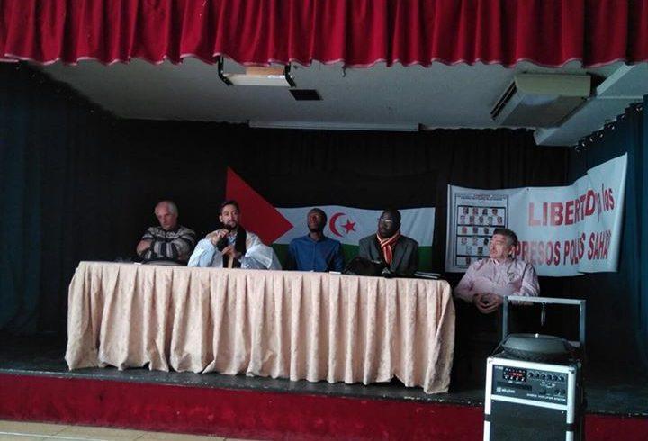 En estos momentos, Sidi Mohamed, abogado saharaui, hablando sobre los presos pol…