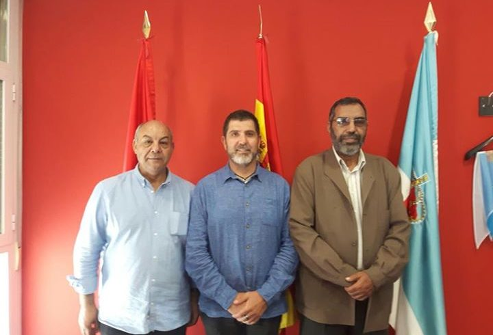 Bucharaya Beyun, ministro de educación saharaui acompañado de Abidin delegado de…