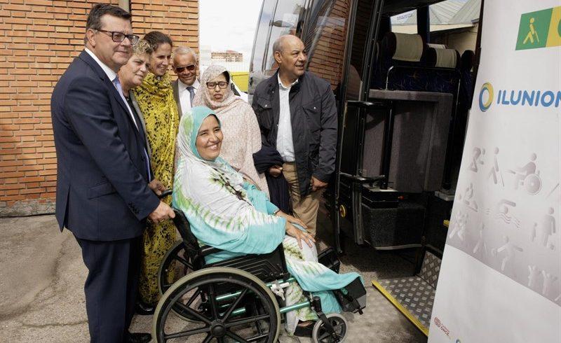 Dona material para saharauis con discapacidad en campamentos de refugiados de Tindouf (Argelia)