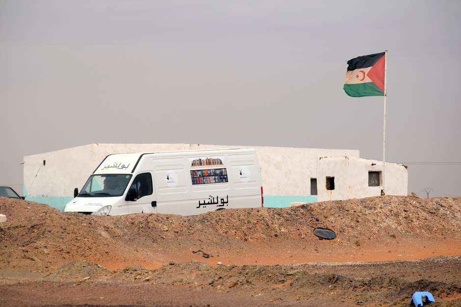 3-Bibliobús-de-Bubisher-junto-a-la-bandera-saharaui