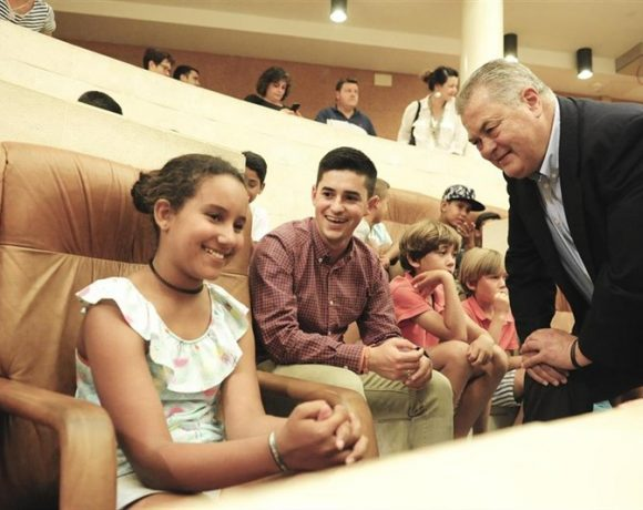 El Parlamento recibe a los 81 niños saharauis que veranean en Cantabria