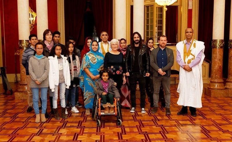 Los niños saharauis de la Escola en Pau visitan el Parlament