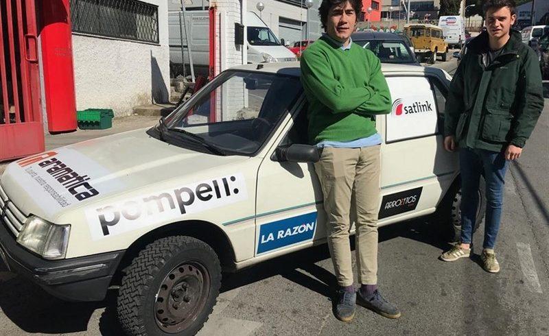 Dos estudiantes madrileños recorrerán el norte de África en un coche de rally para repartir material solidario